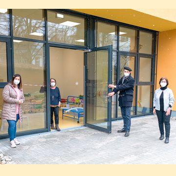Die Tür zum neuen Erweiterungsbau ist geöffnet. Vlnr. Bürgermeisterin Nadine Backes, Einrichtungsleiterin Eva Deutsch, Oberbürgermeiser Ulli Meyer und Ortsvorsteherin Lydia Schaar